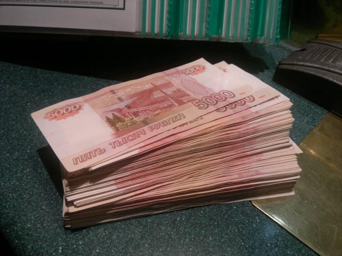 пачка денег в руке фото шарма